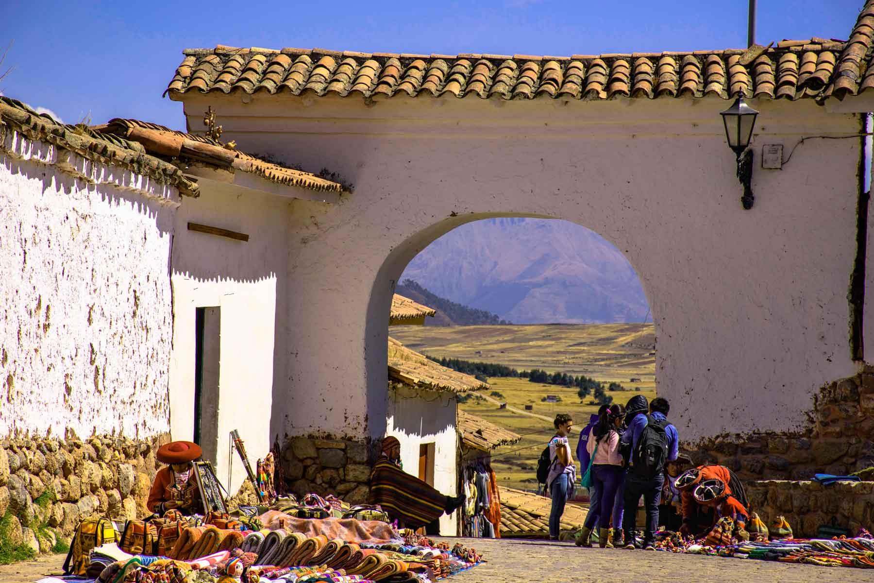 Arco colonial de entrada ao complexo de Chinchero