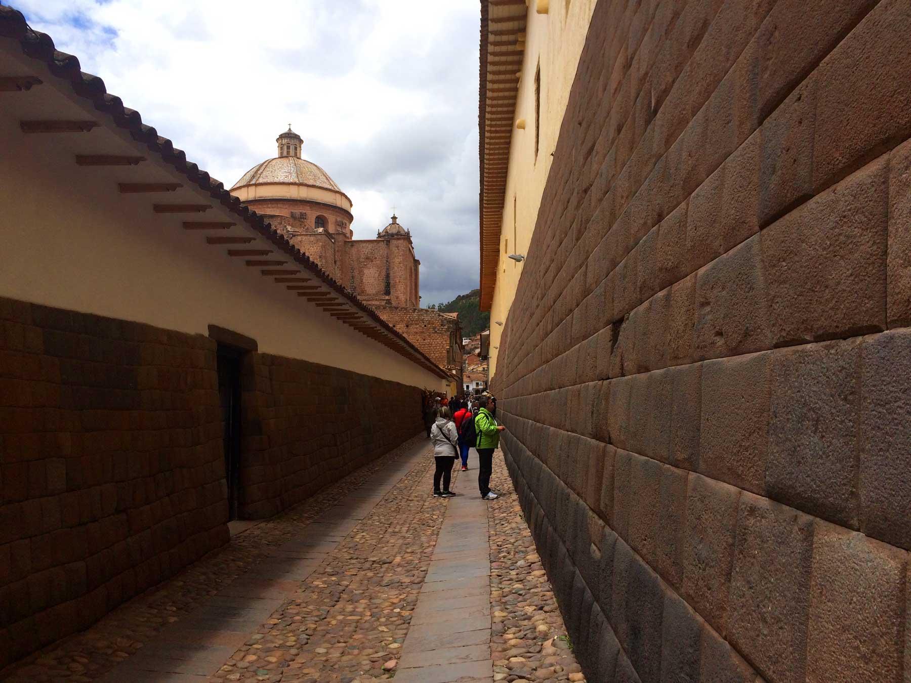 Pasaje que conecta la Catedral del Cusco con Qoricancha